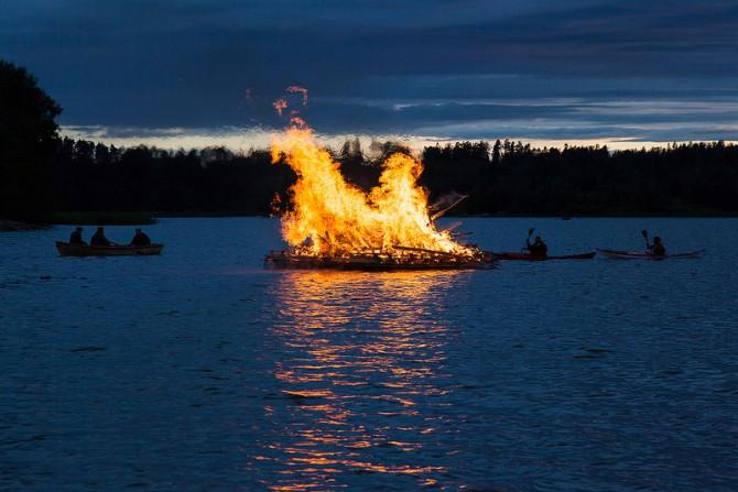북유럽의 하지 축제(억울하게 죽은 발데르를 기리기 위해서, 매년 하지 무렵에 배 위에서 참나무로 모닥불을 피우는 의식을 치른다.) - flickr 제공